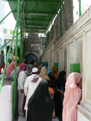 Women are not allowed into the courtyard of Kaki's tomb, and can only view the tomb through the surrounding screen